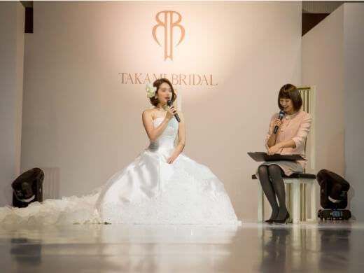 結婚式の司会をする村上美香